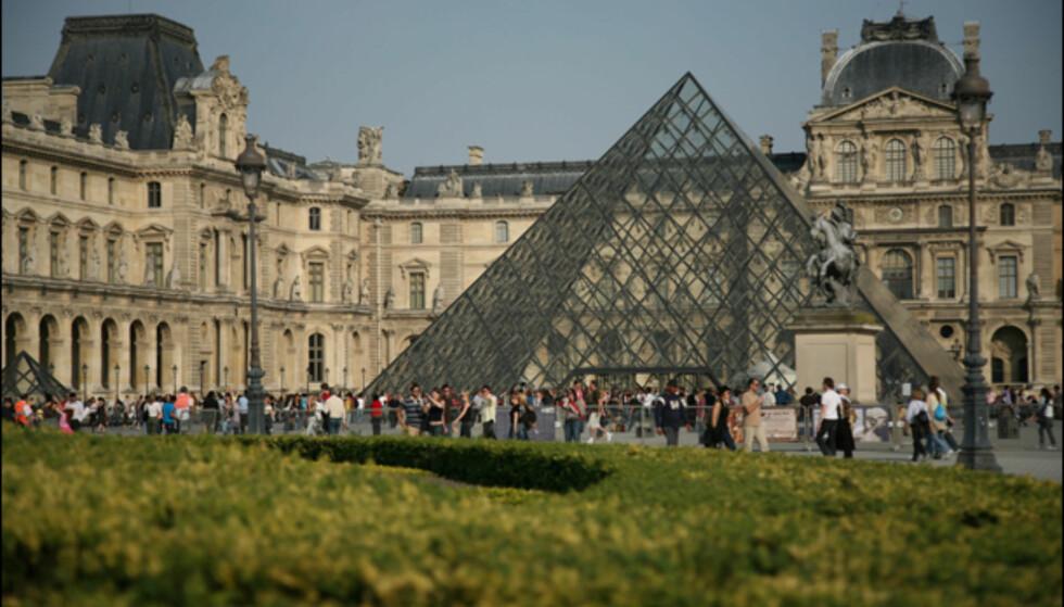 Louvre-museet i Paris er vel kanskje det mest berømte museet i verden, med den markante glasspyramiden i front. Her inne kan du blant annet se den berømte Mona Lisa.  På nett: www.louvre.fr Foto: Colourbox