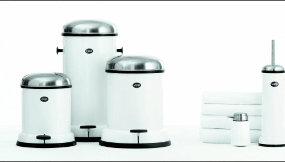 Vipp-serien fås også i nøytrale farger, og består av robuste søppelspann i tre ulike størrelser, håndklær, såpedispenser og toalettkost. Foto: Produsenten