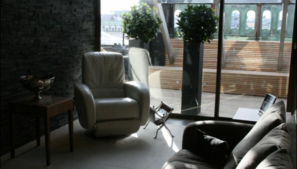 Privat lounge utenfor det doble behandlingsrommet. På takterrassen har spaet et eget, adskilt område.
