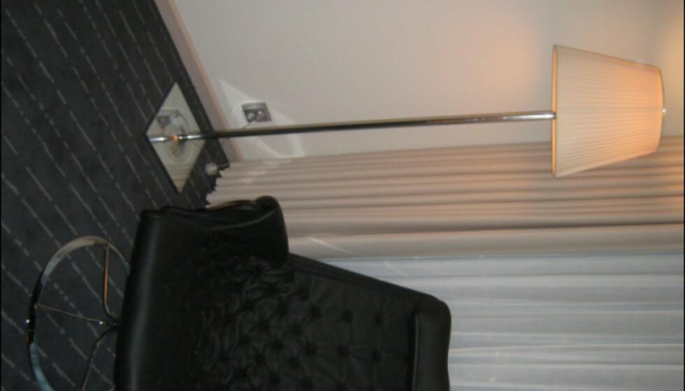 Loungestol av Bruno Mathsson for Dux, lampe i Miss K, eller K-tribe-serien av Philippe Starck for italienske Flos. Lampene går igjen i alle hotellets rom. Foto: Elisabeth Dalseg