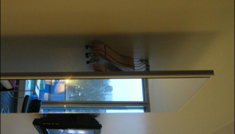 Alle rommene er selvsagt utstyrt med flatskjerm. Dette smarte garderobespeilet i hotellrommets inngangsparti har plass til flere frakker. Foto: Elisabeth Dalseg