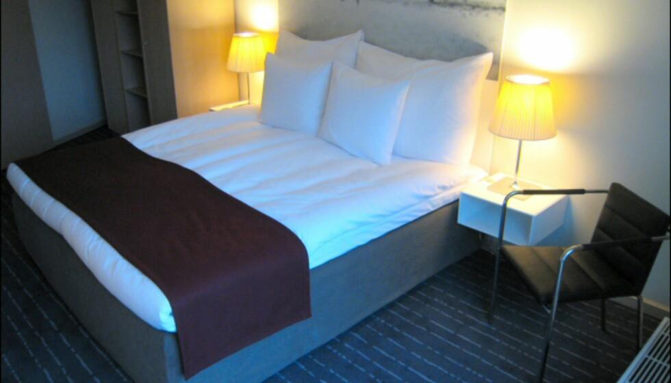 Soverommet i en suite i den svenske etasjen. Nattbord og skap er levert av Montana. Foto: Elisabeth Dalseg