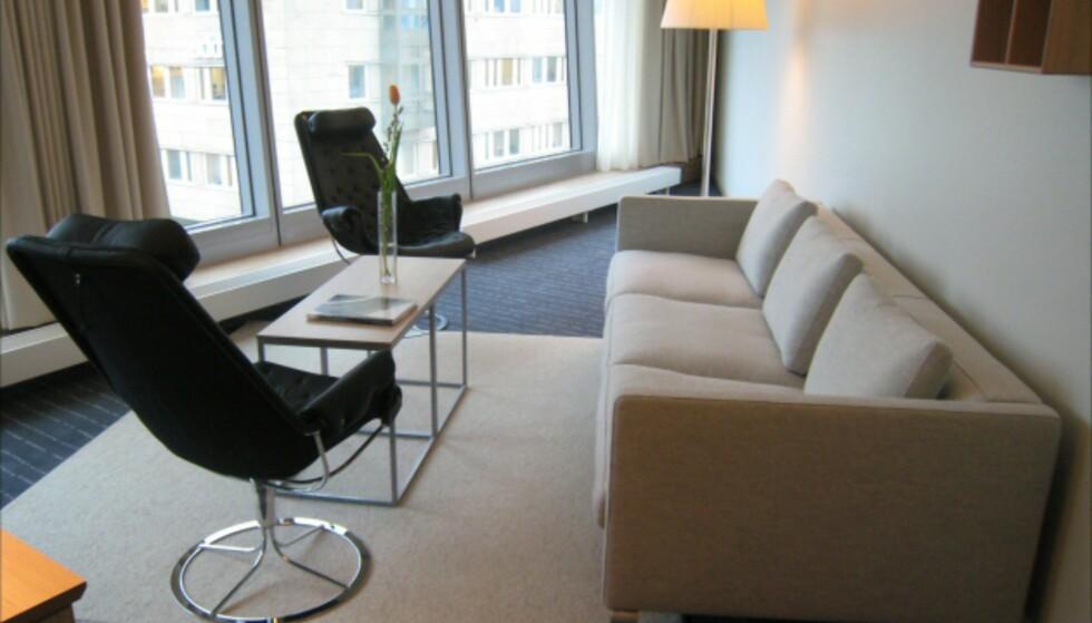 Nei, du er ikke sjøsyk, men det kan se litt sånn ut. Ytterst i en av hotellets baugspisser ligger suitene, her den svenske i tredje etasje - og det er langt mellom de rette vinklene. Vinduene skrår utover. Foto: Elisabeth Dalseg