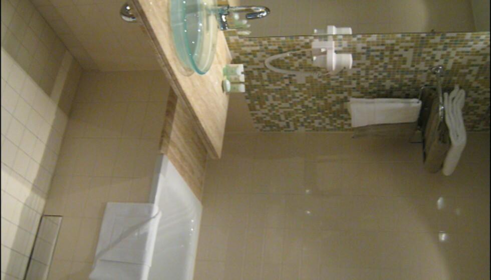 Baderommene i suitene har badekar, men er ellers ganske lik de vanlige rommene. Foto: Elisabeth Dalseg