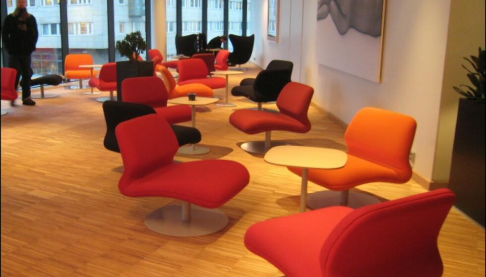 Gjesteloungen i annen etasje har møbler fra danske Fritz Hansen.  Loungestolene i forgrunnen er designet av Morten Voss. Foto: Elisabeth Dalseg