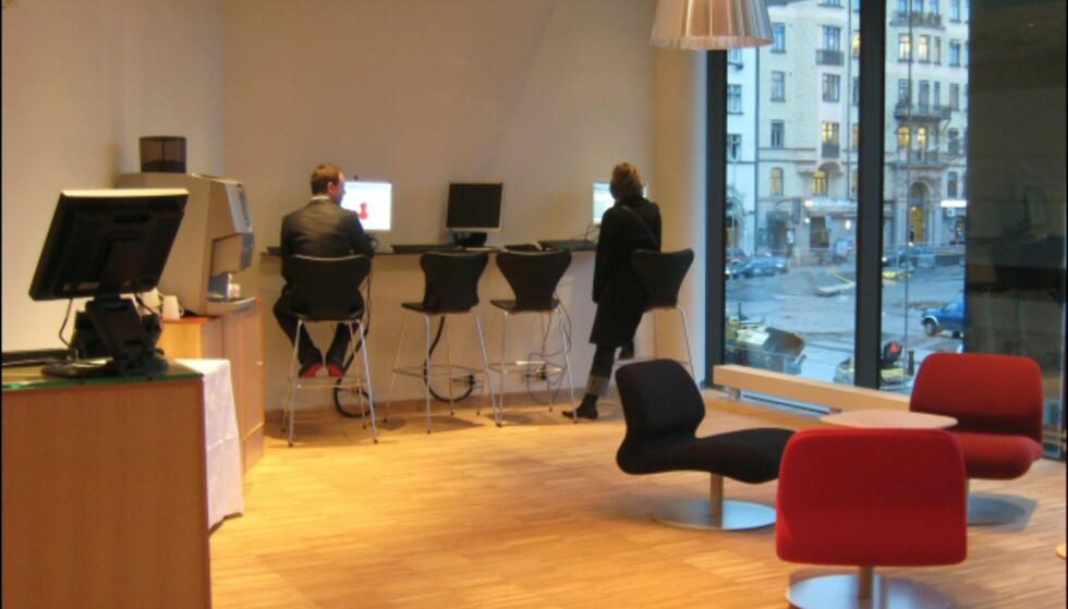 Det er trådløst nett i hele hotellet, for dem som vil bruke egen laptop. Dette betaler du for, mens det står tre stasjonære PCer i gjesteloungen med fri bruk av internett. Foto: Elisabeth Dalseg