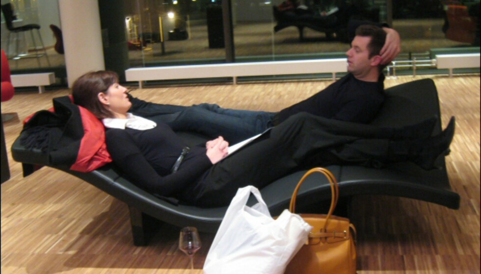 To av hotellets gjester slapper av i dette morsomme ventemøbelet. Foto: Elisabeth Dalseg
