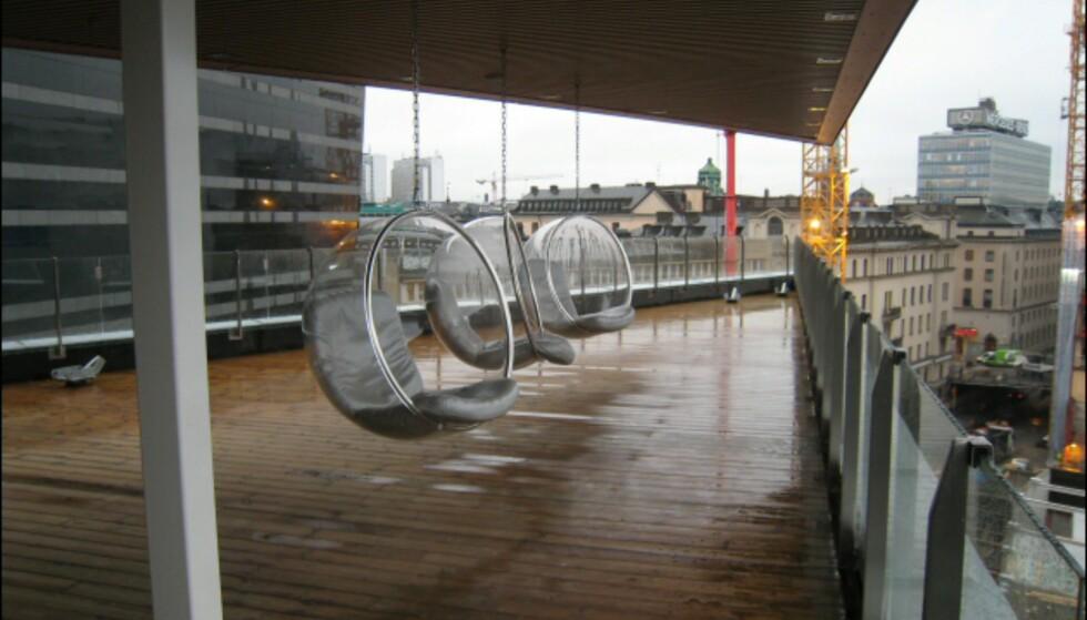 Spa-avdelingen har to takterrasser, denne er overbygget. Boble-stolene har utsikt over jernbanen og til en av Stockholms mange kanaler. Foto: Elisabeth Dalseg