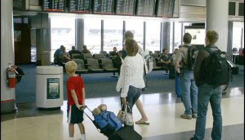 Det kan være ganske pesete å fly med barn. Foto: Colourbox