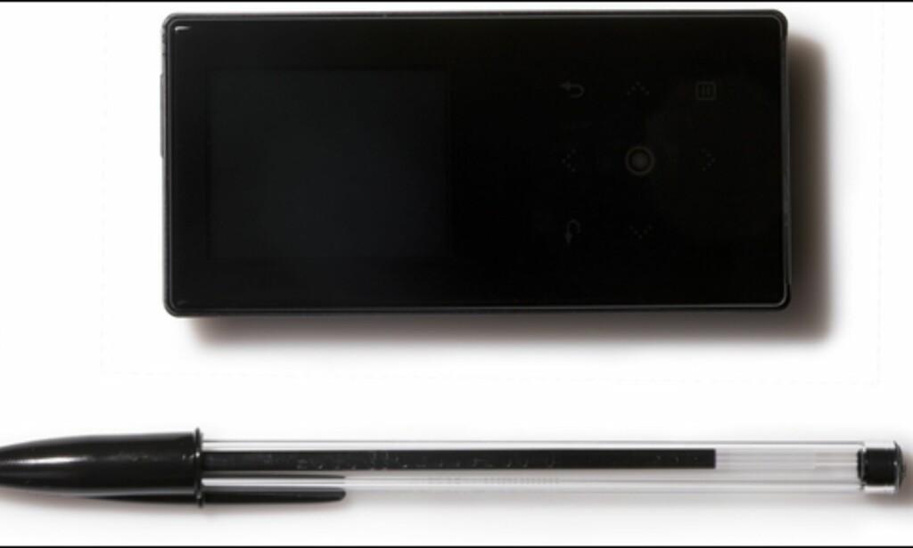 (Foto: Kim Gorostuen) Samsung S5 er ikke stor, ihvertfall ikke i forhold til en vanlig penn. Foto: Kim Gorostuen