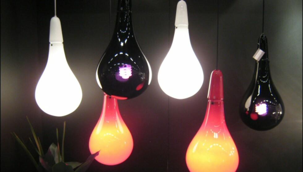 Dråpeformet lampe fra by Rydens. De oransjerøde lampene er nye i år.
