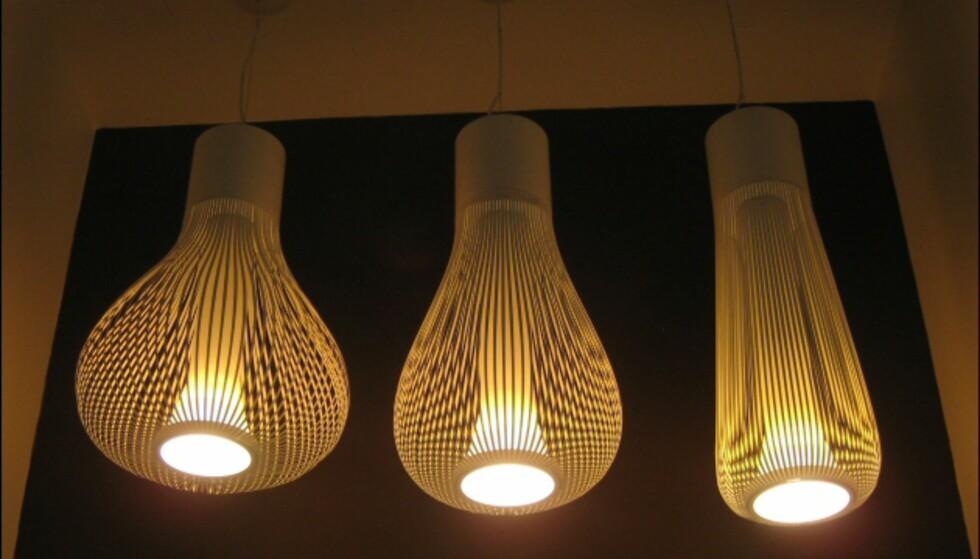 Chasen av Patricia Urqiola for Flos er inspirert av vispen som er brukt i japanske teseremonier. Lampen kan vris i ulike posisjoner, som vist på bildet.