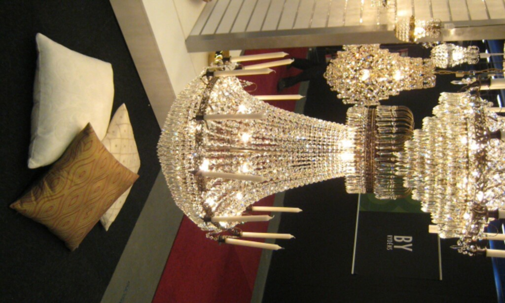 Krystallkrone der en kan velge mellom strøm og stearinlys fra Marksløyd.