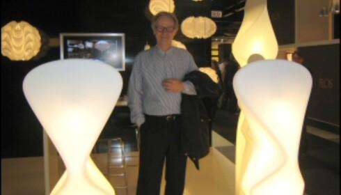 Poul Christensen, i bakgrunnen ses lamper for Le Klint fra 60- og 70-tallet, foran og til høyre, Elysium. Foto: Elisabeth Dalseg Foto: Elisabeth Dalseg