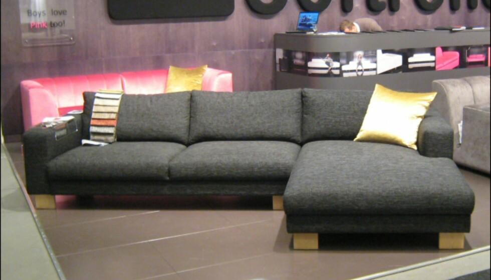 Stor og stram, men likevel myk grå modulsofa fra Softrend. Legg merke til den sjokkrosa sofaen i bakgrunnen, samt meldingen: Boys like pink too. Foto: Elisabeth Dalseg Foto: Elisabeth Dalseg