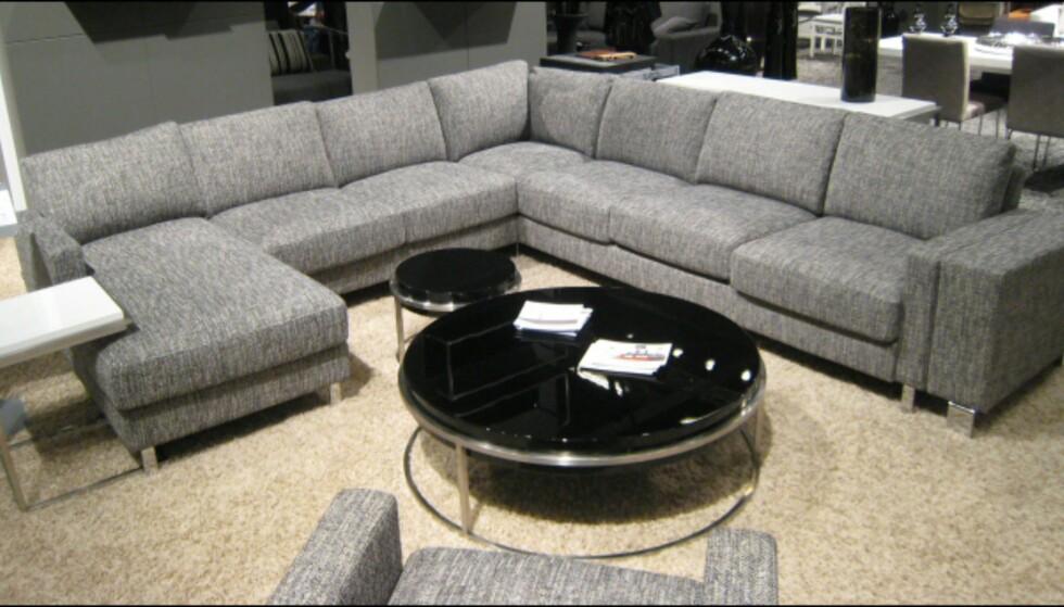 Sofaene blir større og større. Her en streit grå modell fra Sits. Foto: Elisabeth Dalseg Foto: Elisabeth Dalseg