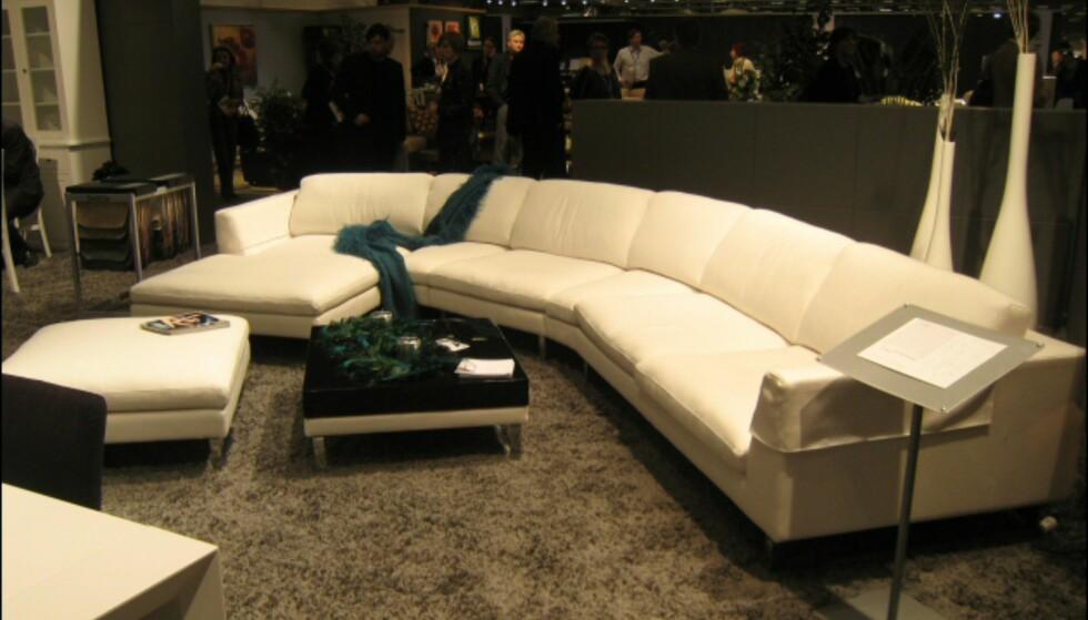 En ,mer avrundet variant av den store sofaen, også denne fra Sits, i kremhvitt. Foto: Elisabeth Dalseg Foto: Elisabeth Dalseg