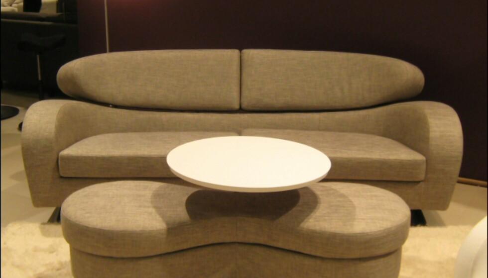 - Sofaen Stream fra Brunstad er en av Møbelringens direktørs favoritter. Her sett sammen med pallen Time - som kan fås både med og uten dreibart bord. Foto: Elisabeth Dalseg Foto: Elisabeth Dalseg