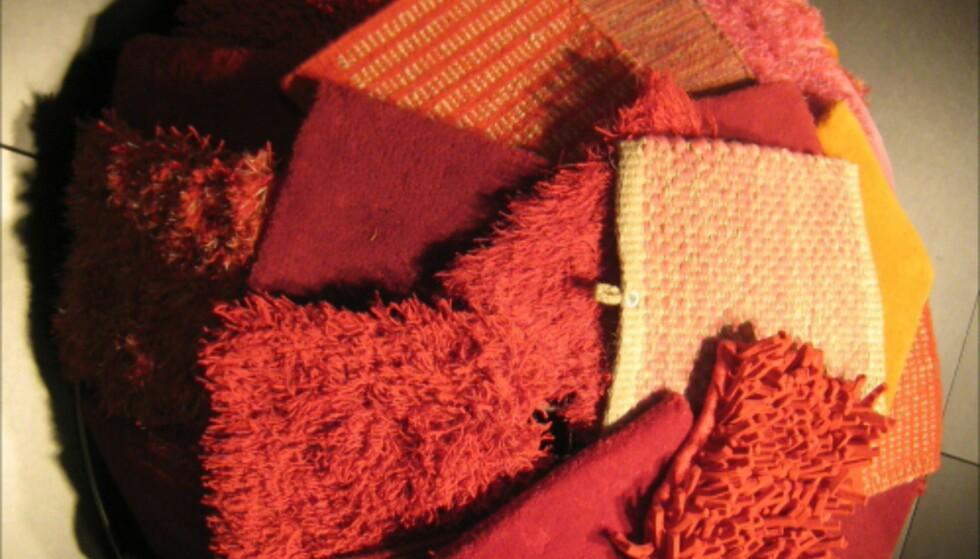 Teppeprøver fra svenske Kathea - i rødt. Disse illustrerer tydelig at man ikke trenger flere farger for å få liv i teppet. Foto: Elisabeth Dalseg Foto: Elisabeth Dalseg