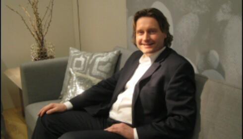 Per-Ivar Ekeberg i en tidsriktig grå sofa fra Stordal. <i>Foto: Elisabeth Dalseg</i> Foto: Elisabeth Dalseg