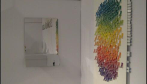 Speil (venstre) og Synthesist Calendar fra StokkeAustad. Legg merke til nøkkelen som er magnetisk festet til speilet nede til høyre. <i>Foto: Elisabeth Dalseg</i>