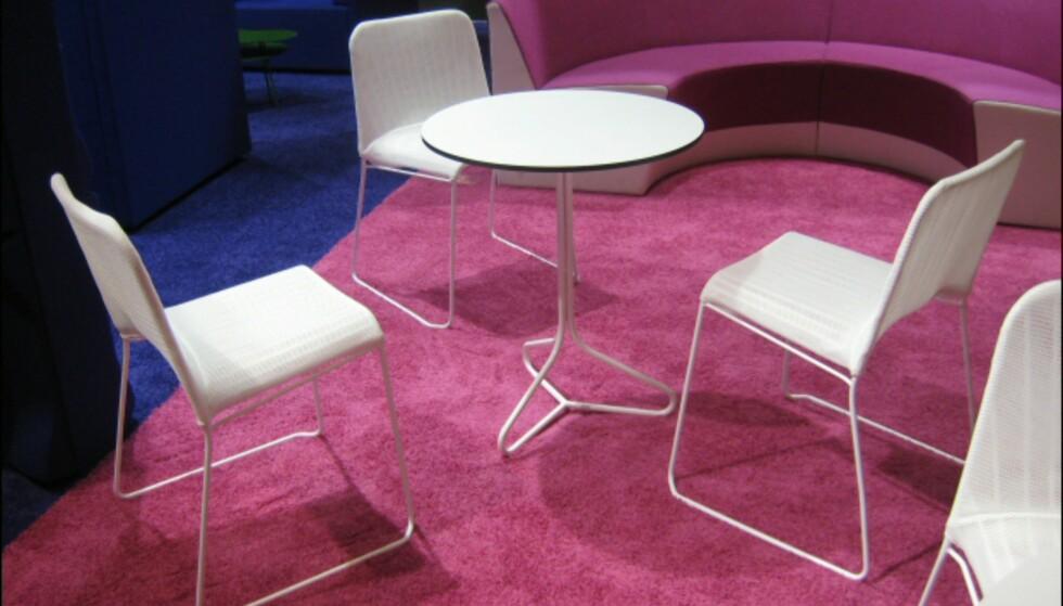 Norway Says har igjen utvidet Spline-serien for svenske Offecct. Stolene fås nå også i en innpakket versjon (originalversjonen er vakker, men ikke påtrengende komfortabel) og de har designet et bord. Spline-serien kan brukes utendørs - spisestolen ble opprinnelig designet til utendørskafeen i Nasjonalgalleriets Kyss Frosken-prosjekt. Foto: Elisabeth Dalseg