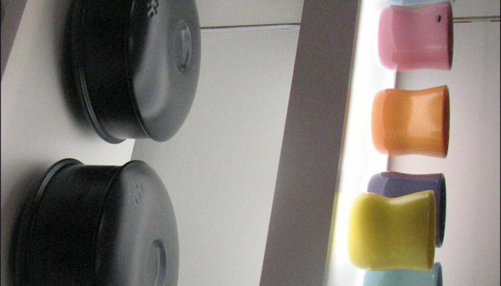 Holmegaard/Kähler. Nye kopper og stekefat. Kähler er en forholdsvis nysatsing fra Holmegaard-konsernet. Alt fra Kähler er i keramikk. Alt fra Holmegaard i glass.