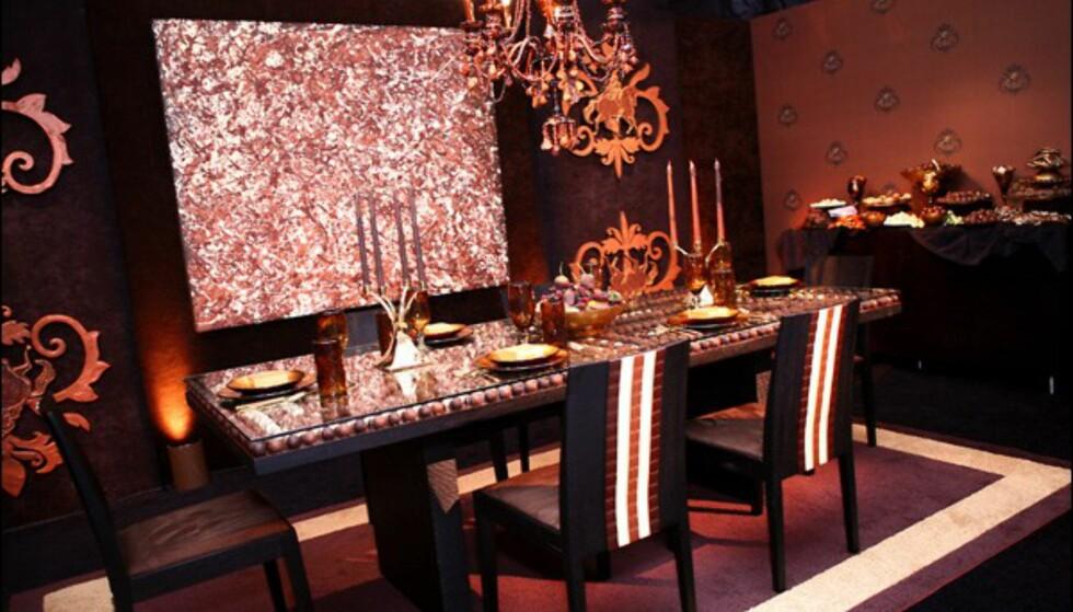 Kunsten på veggen, stearinlysene, buffeten mm. er av sjokolade.