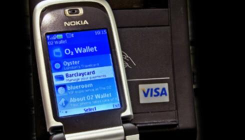 Om noen år kan det hende du kan bruke mobiltelefonen som VISA-kort. Alt du trenger å gjøre for å kjøpe deg noe er å vifte telefonen foran en sensor. Nyvinningen testes i disse dager ut i London. Foto: VISA Europe