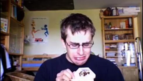 (Foto: cryingwhileeating.com)  Bernhard har sendt inn video av seg selv mens han spiser en yoghurt og gråter, fordi Macbooken hans er sendt inn til reperasjon.
