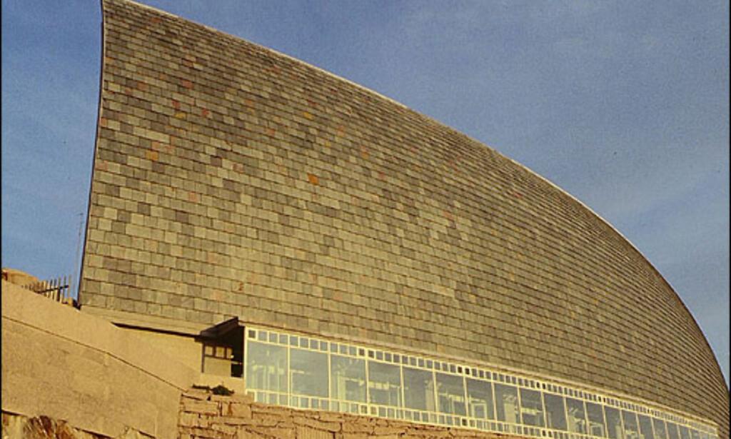 MUSEO DOMUS, LA CORUÑA: I La Coruña, Galicia, har man hentet inn den japanske arkitekten Arata Isozaki som sammen med César Portela fra Barcelona har laget Museo Domus. Museet er dedikert vitenskapen om mennesket. Arata Isozaki er opptatt av tradisjon, nyskapning og teknologi. Bak har han svært store prosjekter over hele verden: Palau Sant Jordi i Barcelona, Kyoto konserthus og kontorene til team Disney i Orlando. Portela har tegnet mange store institusjoner og underviser i arkitektur og design ved siden av. ADRESSE: Parque de Santa Margarita NETT: Casa ciencias