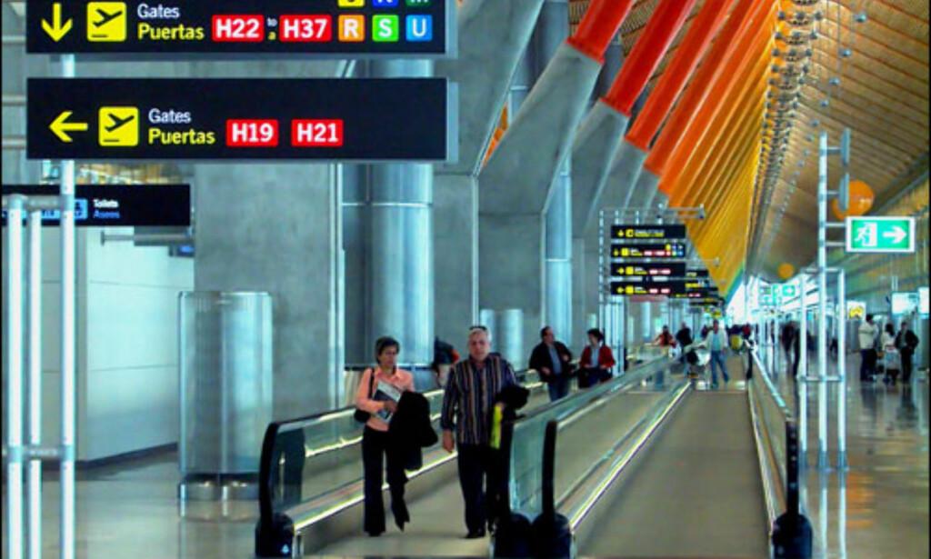 AEROPUERTO DE BARANAS, TERMINAL 4, MADRID: Knallgule linjer, glassflater, svungne linjer, bambus og naturlig sollys. Når man ankommer Madrids hovedflyplass, Barajas, tegnet av nordamerikanske Richard Rogers i samarbeid med Estudio Lamela, skjønner man at man har ankommet en by hvor man vil at teknologien skal være estetisk utformet. Begge arkitektkontorer har svært store prosjekter på sine cv'er. Rogers står blant annet bak Pompidou-senteret i Paris. Flyplassen vant Royal British Architects pris. Madrid Baraja har 35 millioner ankomster per år. NETT: Lamela Richard Rogers