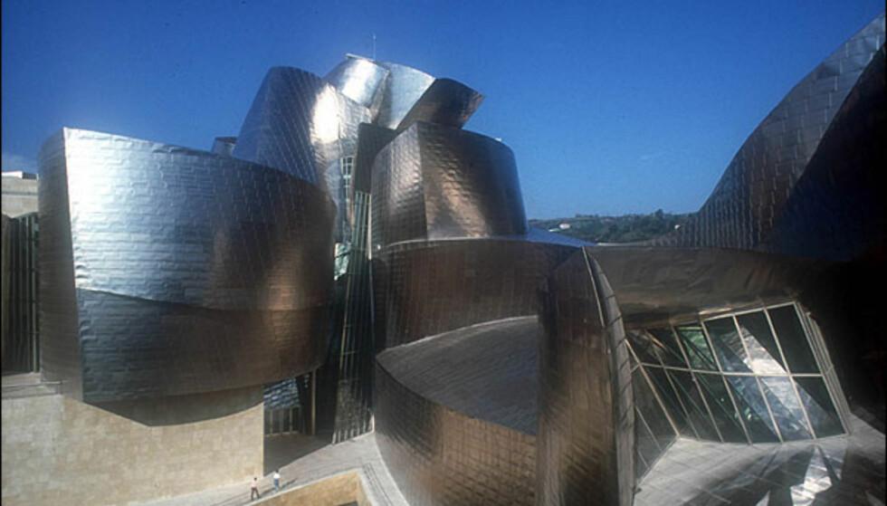 MUSEO GUGGENHEIM, BILBAO: Canadisk-fødte Frank O. Gehry tegnet Museo Guggenheim i Bilbao med sin kjente titanfasade. Bygget er 32.500 kvadratmeter stort og har 11.000 kvadratmeter utstillingslokale. Museet er et resultat av Baskerlands ønske om økonomisk utvikling og Guggenheim-stiftelsens ønske om en europeisk filial. Prosjektet ble startet i 1991 og museet åpnet seks år senere.  ADRESSE: Avenida Abandoibarra, 2  NETT: Guggenheim Bilbao, Guggenheim-stiftelsen, Foga