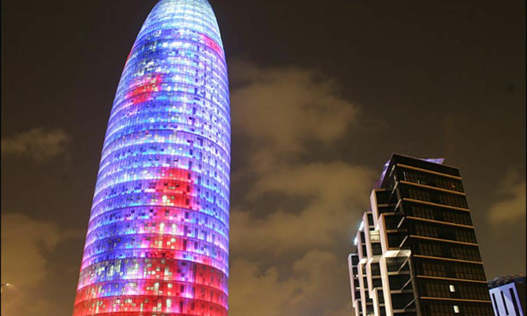 TORRE AGBAR, BARCELONA: Tårnet har tatt flere år å bygge og ble allerede under byggingen brukt som location for motereportasjer. Det er den franske arkitekten Jean Nouvel som har tegnet tårnet som kan sees fra alle kanter av byen. Han har latt seg inspirere av Barcelonas byggherre, Antoni Gaudí, Montserrat-fjellet og geysirer. Tårnets 4.500 lyspunkter lyser opp byen som en lampe noen timer hver kveld. Nouvel jobber nå med utvidelsen av Museo Nacional Centreo de Arte Reina Sofia i Madrid, som blir enda et spektakulært bygg. Jean Nouvel er også arkitekten bak president Jaques Chiracs prestisjebygg, Musée du Quai Branly i Paris som åpnet sist sommer. ADRESSE: Tårnet kan sees fra hele byen. NETT: Torre Agbar, Jean Nouvel