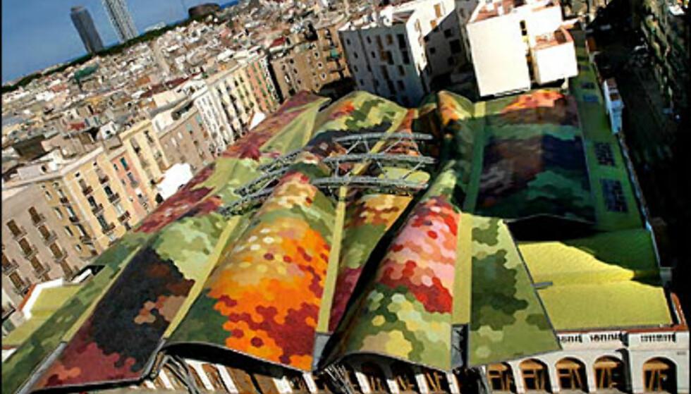 Mercat de Santa Caterina, Barcelona. Ikke bare skal skinken være god, men den skal selges på et lekkert sted. Barcelona har mange flotte matmarkeder, men Mercat de Santa Cetarina i Ciutat Vella som åpnet i fjor blir nå sammenlignet med Guggenheim-museet i Bilbao. Det 4.200 kvadratmeter matmarkedet er tegnet av arkitektene Enric Miralles (1955-00) og Bendetta Tagliabue. ADRESSE: Markedet ligger mellom byens katedral og gjennomfartsåra Via Laietana. NETT: BCN Markeder Foto: Mercat Muncipals BCN