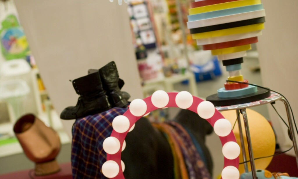 Sminkespeil, klovneparykk, og verdens sykeste lampe. Circus-trenden er ikke bare snill. Foto: Alexander Ruas  Foto: Alexander Ruas