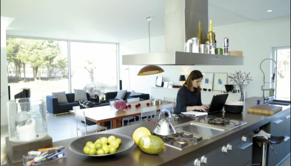 Arkitekt Christine Grape bor i et egentegnet hus, omtrent fritt for dører. Den generøse kjøkkenøyen er samlingspunkt.