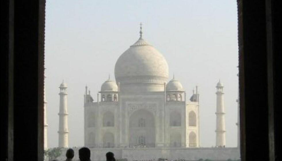 Du er sjelden alene ved Taj Mahal. Foto: Vasant Dave