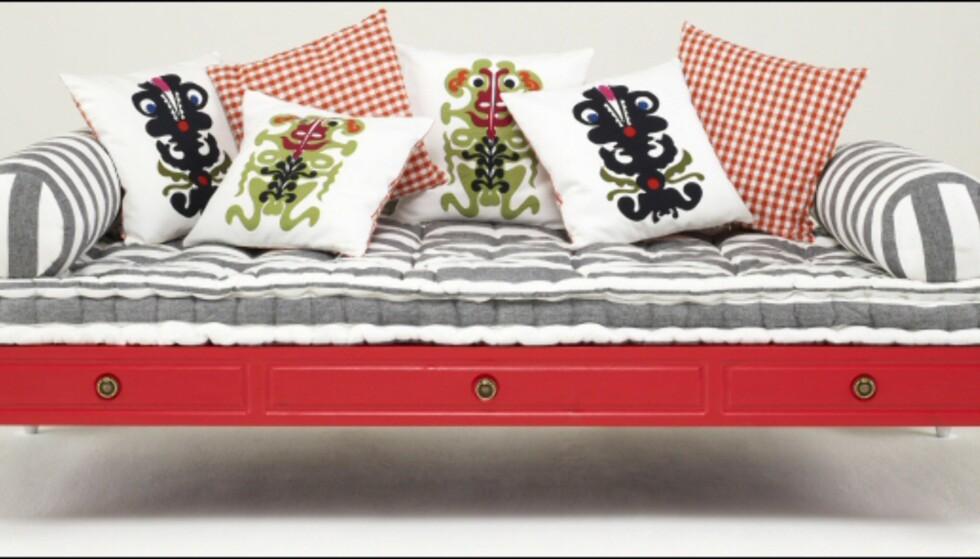 Sofabenk med puter fra Christian Lacroix. Pris for puter, cirka 360 kroner/stk. Foto: La Redoute