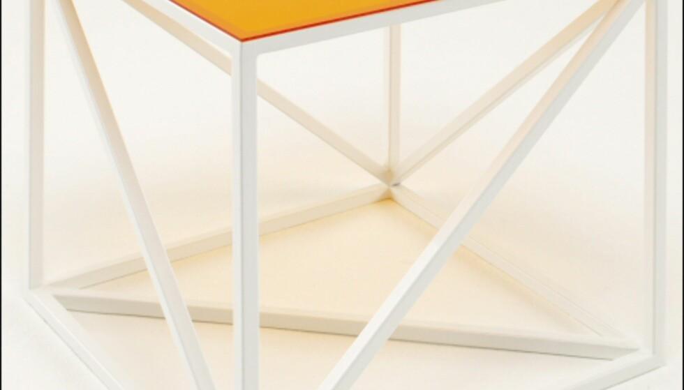 Kubebordet fås også med hvitt understell. Foto: La Redoute