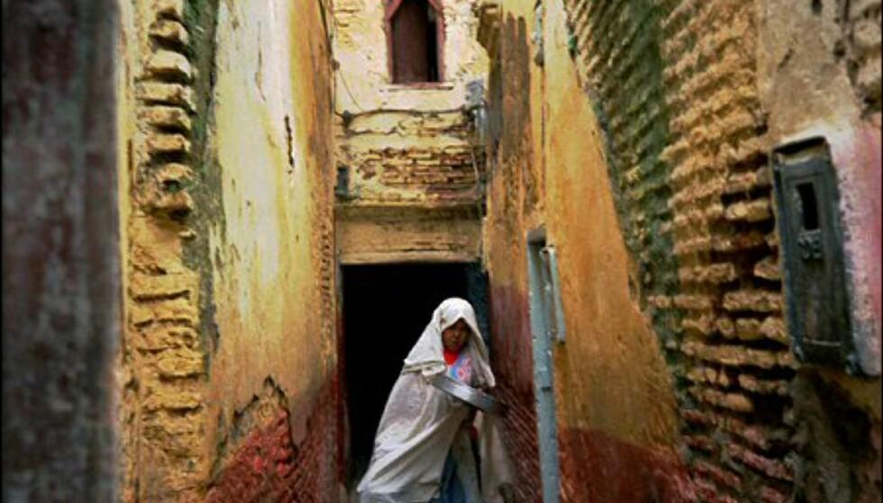 Kikker du inn i bakgatene i Marrakesh får du med deg glimt fra hverdagslivet. Foto: Vibeke Montero