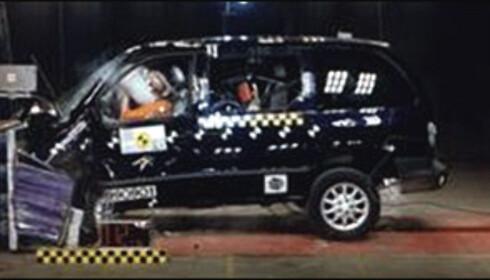 IKKE GODT Å VITE: Skandaløse 0 av 16 poeng i frontkollisjonstesten hos Euro NCAP og toppscore hos Folksam. Hvofor? En av årsakene er å finne i bilens vekt. Hos Euro NCAP kjøres bilene inn i en fast barriere, og kolliderer dermed med sin egen vekt. Ute på veien får Chrysler Voyager fordel av sin høye vekt, fordi den som regel er tyngre enn bilene den krasjer med. Bra for Voyager-passasjerene, ikke like bra for passasjerene i den andre bilen.