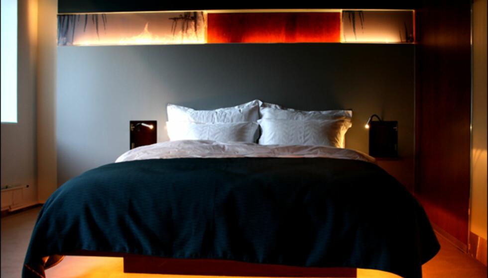 Standardrom i vinterstil. Legg merke til belysningen under sengen.  Foto: Kim Jansson