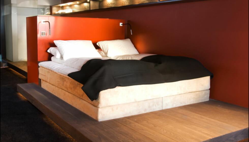 Sengen i suiten. Bak sengen finner du badekaret og dusjkabinettet (se neste bilde). Foto: Grims Grenka