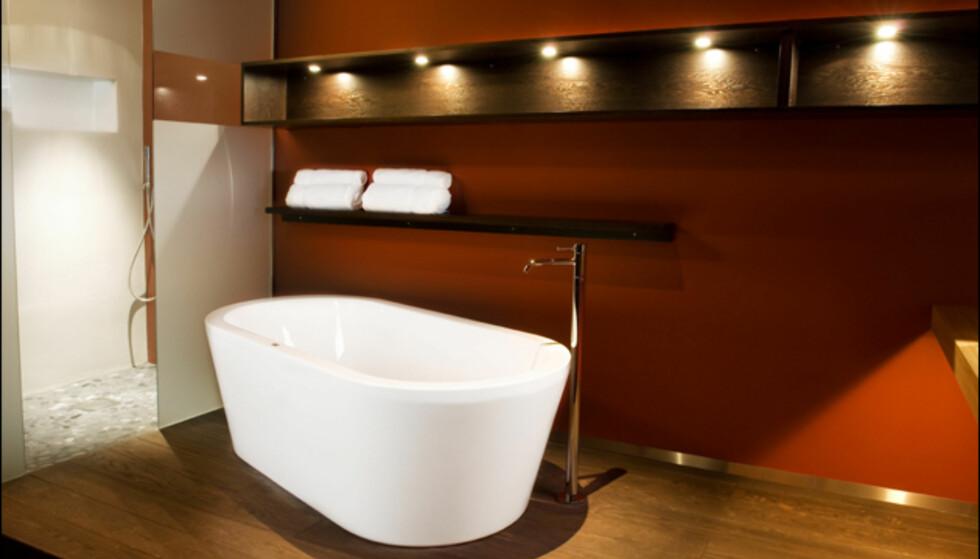 Samme suite som i forrige bilde. Her ser du badekaret som står ved siden av dusjkabinettet.  Foto: Grims Grenka
