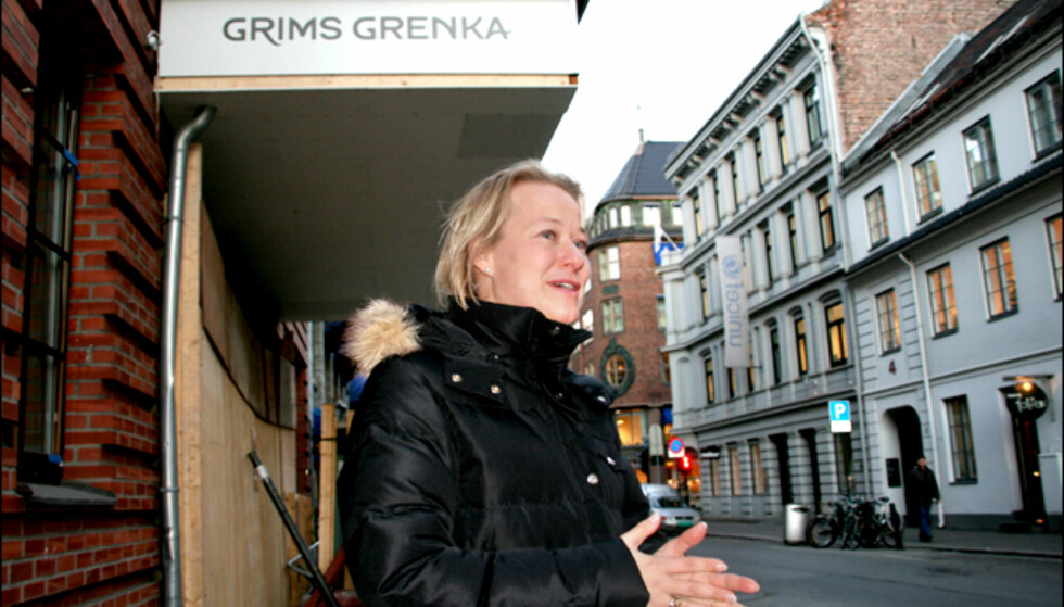 Hotellsjef Caroline Laurhammer foran fasaden til First Hotell Grims Grenka. Som du kan se, gjenstår det en del arbeid før hotellet kan ønske sine gjester velkommen.  Foto: Kim Jansson