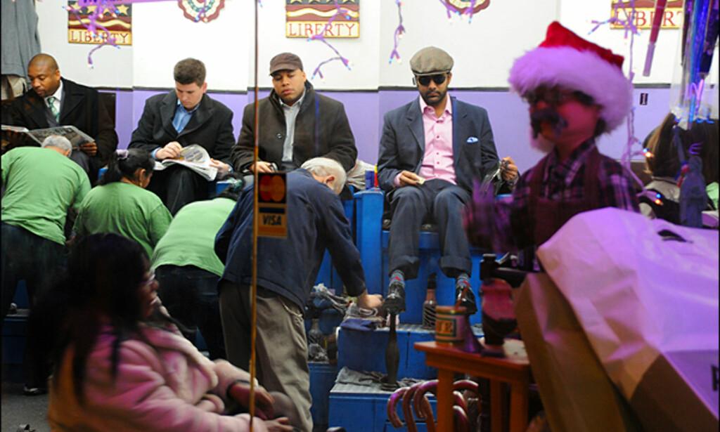 Små og store julenisser dukker opp overalt i NY før jul. Her hos skopusserne i undergrunnen.