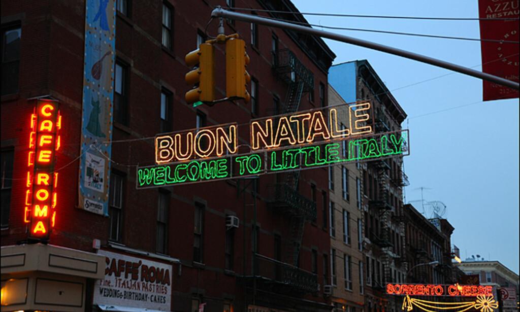 Du blir også ønsket god jul på vei inn i Little Italy - på italiensk vis.