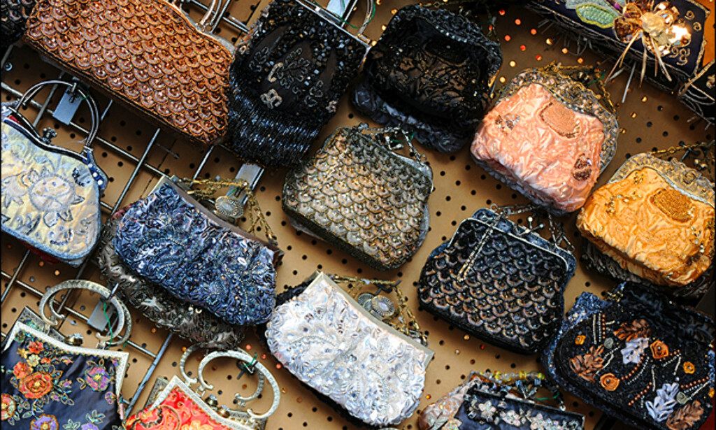 I Chinatown finner du vesker i alle farger, ofte til under hundrelappen. Dette er også stedet for å kjøpe billige kopier av alt på jord.