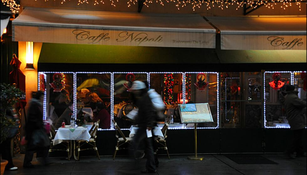 Sørg for å slappe av litt i julestrien også. For eksempel på en restaurant i Little Italy.